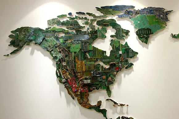 Mapa Mundi feito com componentes de computadores reciclados