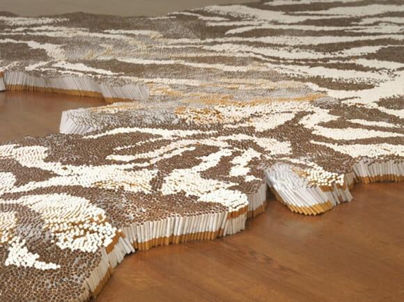 Artista cria tapete de tigre feito com 500 mil cigarros