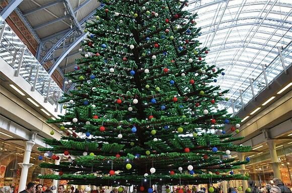 Estação de Londres recebe árvore de natal de 10 metros de altura feita com peças de LEGO