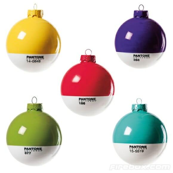 Decore sua árvore de Natal com bolas Pantone!