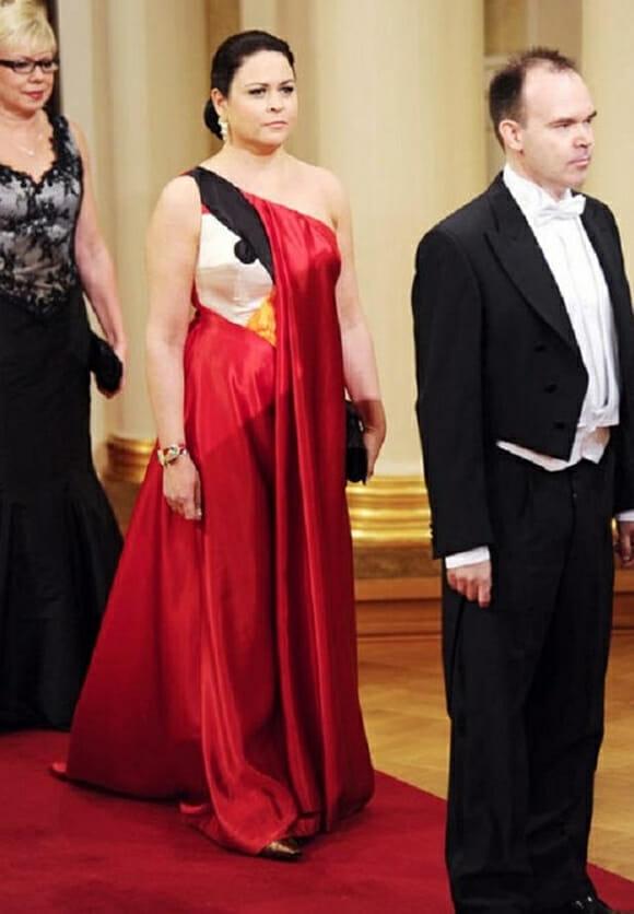 Esposa de diretor da Rovio usa vestido de gala do Angry Birds em cerimônia