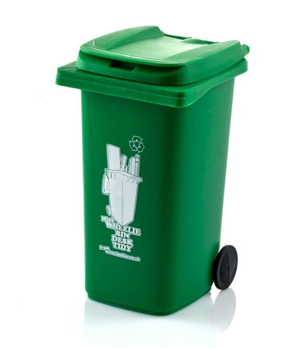 Mantenha a ordem da sua mesa de trabalho com um simpático mini cesto de lixo