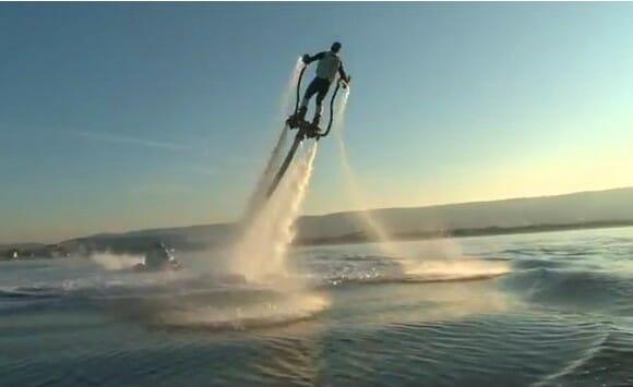 Voe sobre as águas de um jeito ESPETACULAR com o Flyboard! (vídeo)