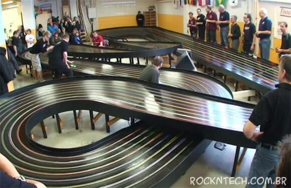 A pista de Autorama mais rápida do mundo é feita somente para Adultos (vídeo)