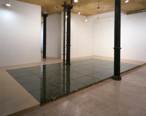 Artista cria chão recheado de miniaturas humanas