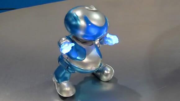 Robô simpático e cheio de gingado dança no ritmo da música que está tocando (vídeo)