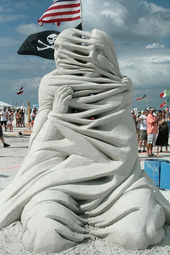 Castelo de areia que nada! Esculturas figurativas feitas de areia são muito mais legais!