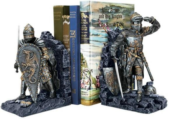 Guarde seus livros em porta-livros estilosos de cavaleiros medievais