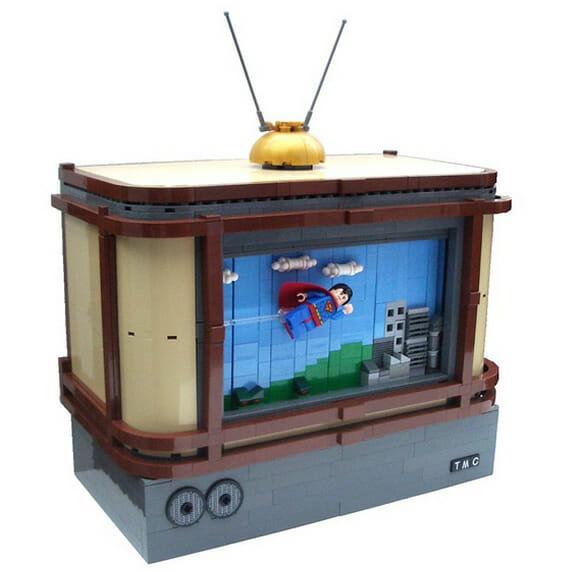 """TV de LEGO reproduz """"filme"""" de um Super Homem de LEGO voando"""