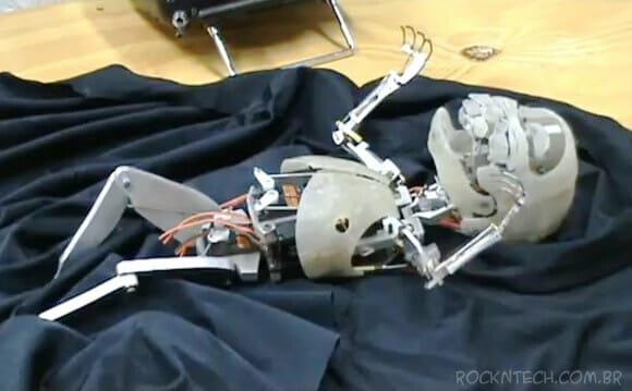 Vídeo bizarro exibe movimentos humanos reais de um esqueleto robótico que imita um bebê