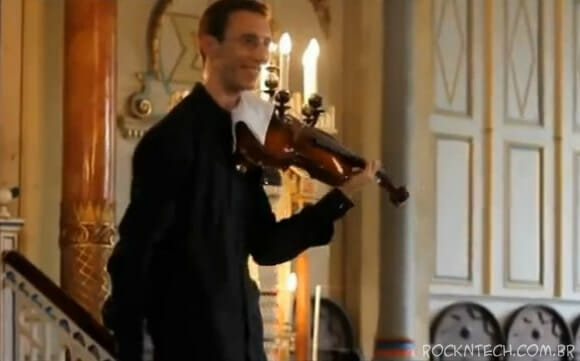 Vídeo: Violinista se Irrita Com Toque de Celular e Surpreende Com Estilo