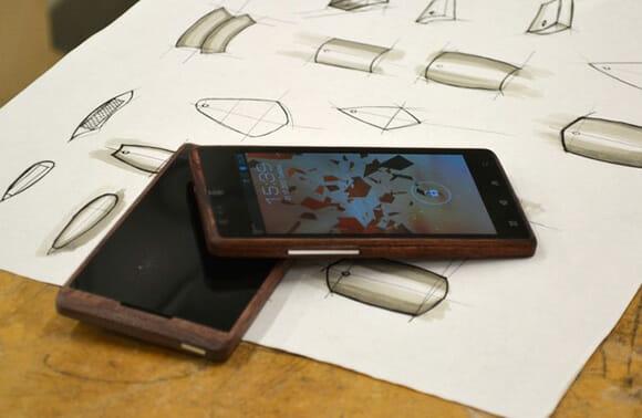 Estudante cria smartphone feito de bambu