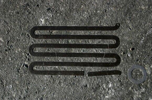 Arqueologia do asfalto: Objetos do cotidiano incorporados no asfalto