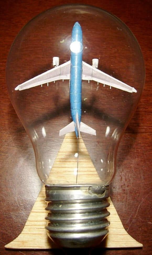 Tem um avião dentro da lâmpada