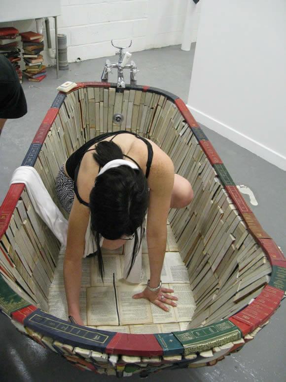 Um banho de leitura: Banheira funcional feita a partir de livros