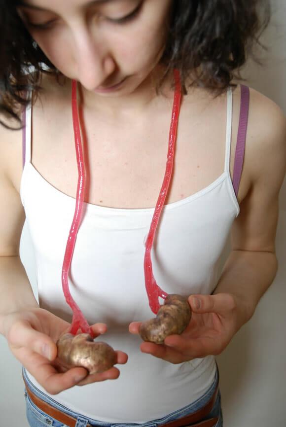 Bijuterias bizarras imitam órgãos e outras partes do corpo humano