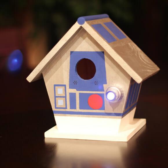 Casa de geek tem que ter casas de passarinhos do R2-D2 e Super Mario
