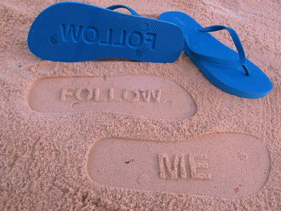 Espalhe pistas por onde for com os chinelos Follow Me!