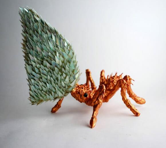 Artista cria esculturas incríveis de animais feitas a partir de CDs reciclados