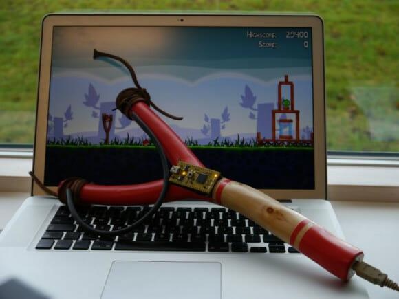 Estilingue feito para jogar Angry Birds permite dar uma estilingada virtual nos porcos verdes