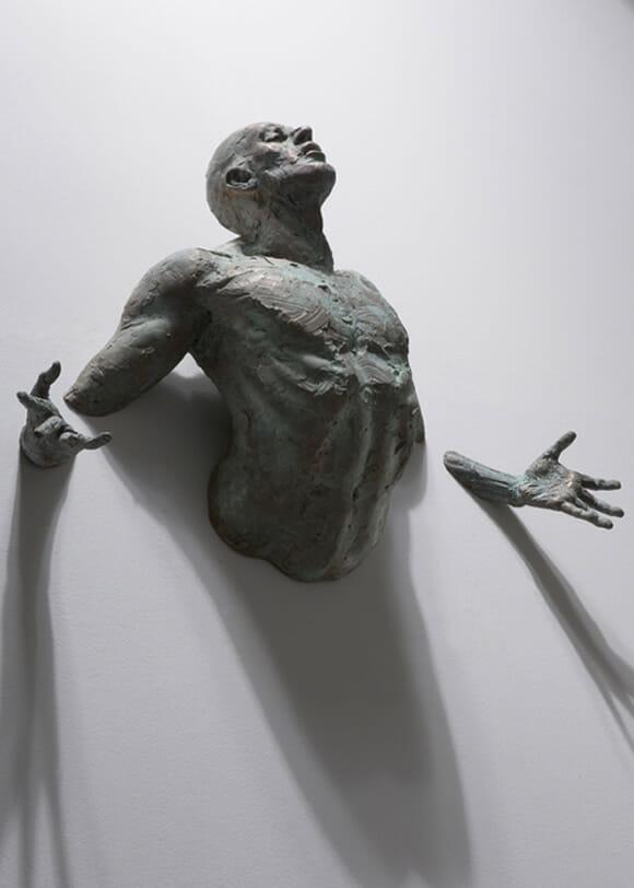 Homens atravessando paredes: As esculturas incríveis de Matteo Pugliese