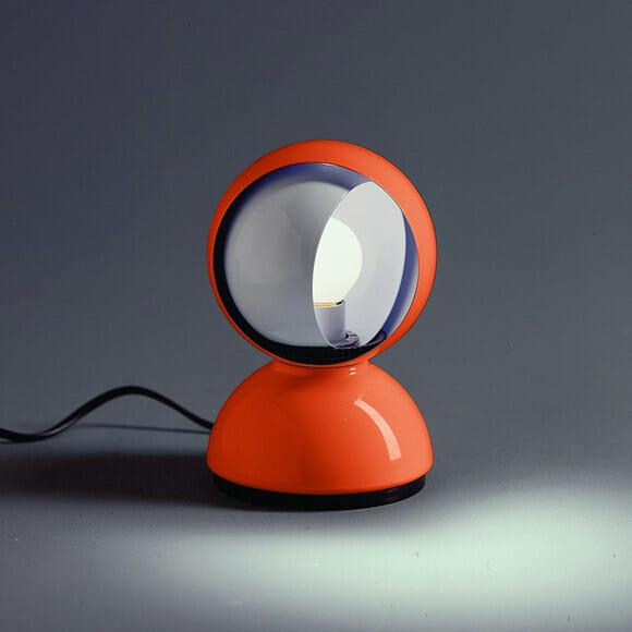 Luminária criativa simula um eclipse