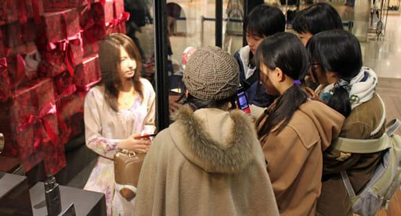 Manequim Android realista impressiona clientes de uma loja no Japão (vídeo)