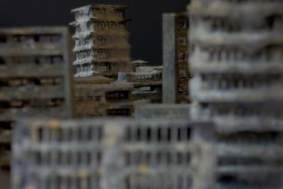 Miniaturas realistas de casas abandonadas tem até mofo e teias de aranha