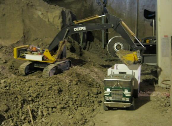 Homem cava o porão de sua casa há 7 anos usando miniaturas de escavadeiras