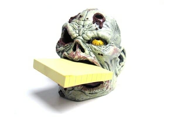 Porta-canetas cabeça de zumbi para assustar seus colegas de trabalho