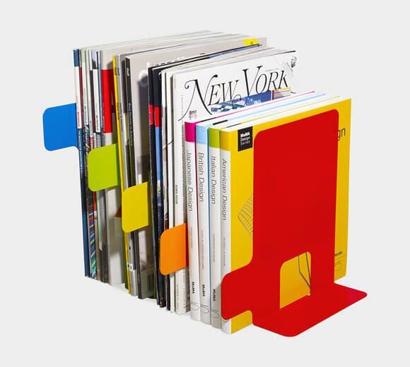 Porta-livros em forma de Índice organiza sua prateleira de livros com estilo