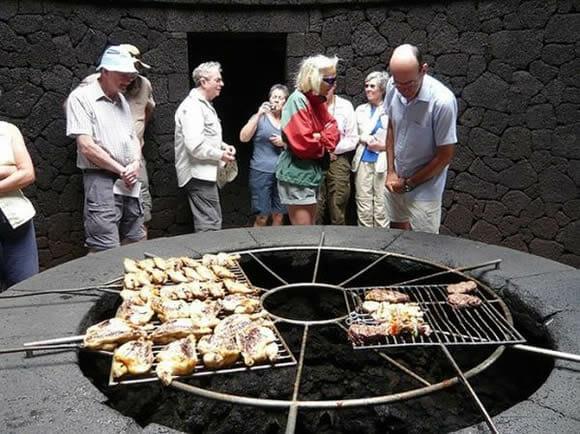 Restaurante espanhol prepara a comida para os clientes em cima de um vulcão ativo (vídeo)