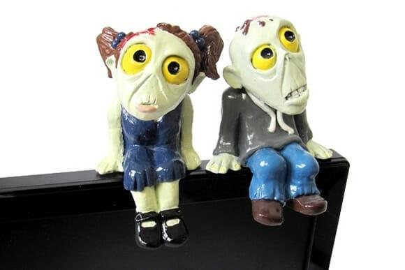 Senhor e Senhora Zumbi te fazem companhia em frente ao PC