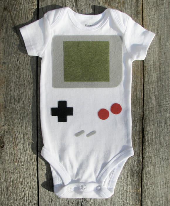 Roupinha geek transforma seu bebê em um verdadeiro Gameboy
