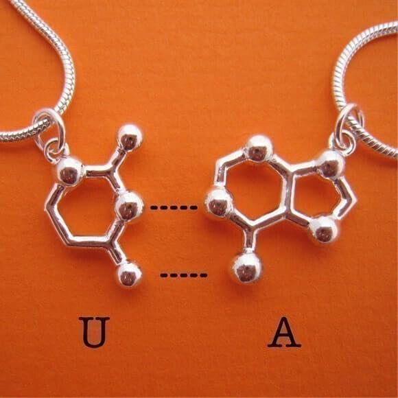 Colar da amizade nerd inspirado no DNA
