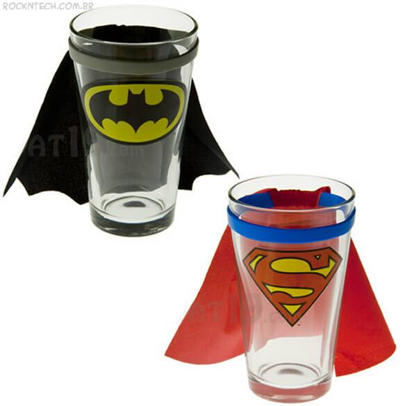 Copos do Batman e Super-Homem vêm com capas iguais as dos super-heróis