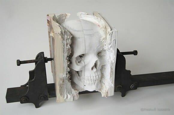 Crânio de livros: Artista cria escultura de crânio feita com livros reciclados