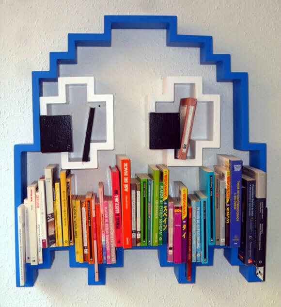 Estante de livros do fantasma do Pac-Man
