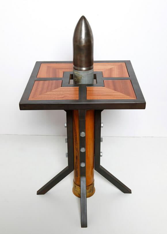 Homem cria móveis usando armas de guerra