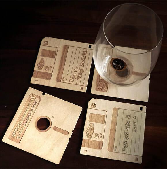 Porta-copos de madeira imitam disquetes