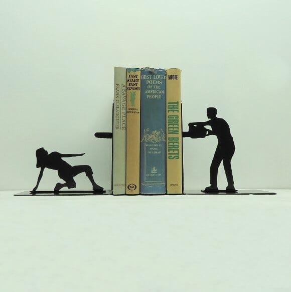 """Porta-livros """"ataque da serra elétrica"""" não deixa que ninguém fale mal de seus livros"""
