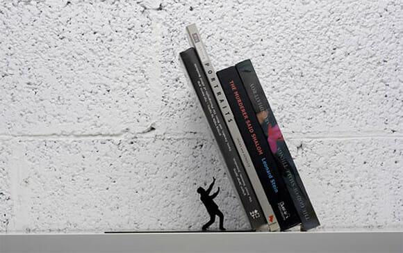 Porta-livro Falling para os que vivem sobrecarregados com a leitura