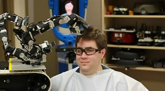 Robô cabeleireiro é um desastre cortando cabelos (vídeo)