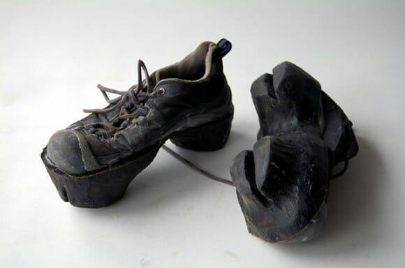 Sapatos criativos deixam pegadas de animais por onde passam