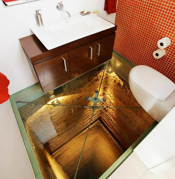 Banheiro construído em cima de um poço e com chão de vidro. Vai encarar?