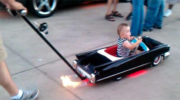 Carrinho de bebê Cadillac é indicado para bebês de pais interessantes (vídeo)