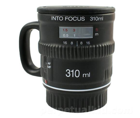 Caneca em forma de lente de câmera fotográfica ganha upgrade, agora tem alça!