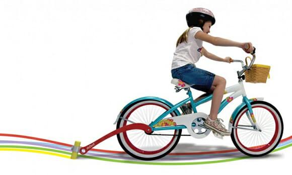 Invento criativo para bicicletas permite rastrear as crianças pelas ruas com marcas de giz (vídeo)