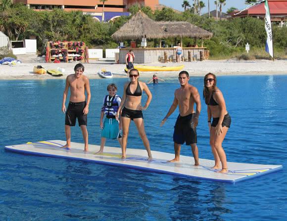 Com um tapete inflável enorme a diversão dentro d'água é ainda maior!