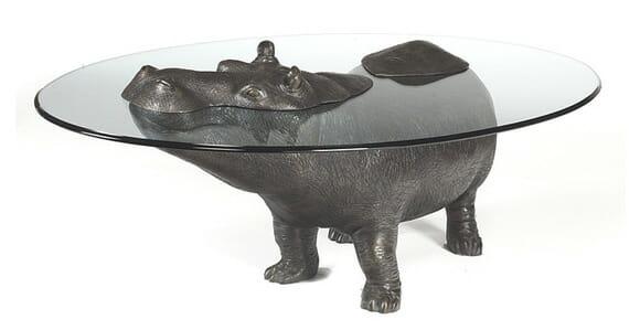 Mesas criativas simulam animais saindo da água